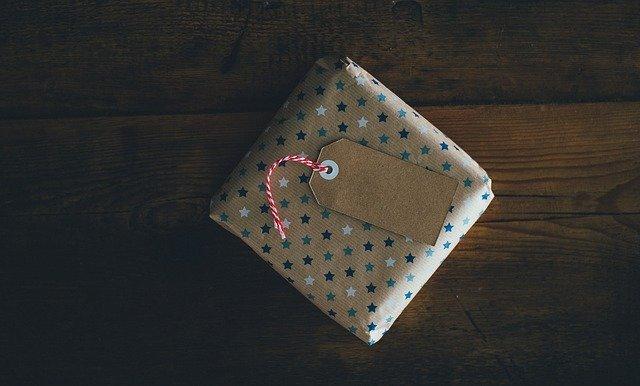 Jak zapakować kolorowe skarpety na prezent?